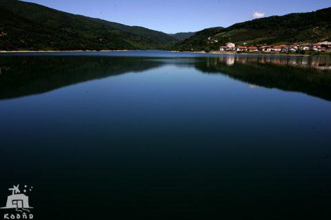 el río Arga hasta llegar al embalse de Eugui, que da de beber a Pamplona, con el bucólico y pequeño pueblo de Eugui a sus orillas.